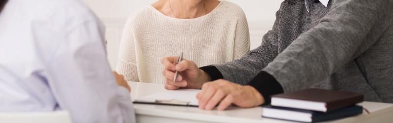Älteres Paar erhält kostenfreie Beratung