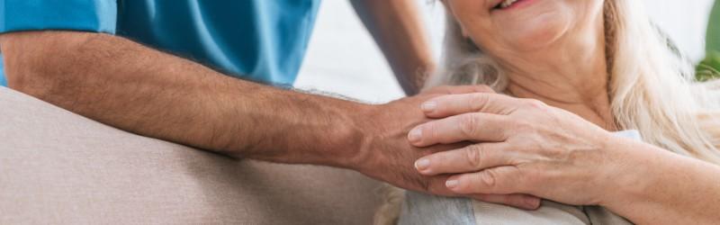 Ältere Damen bedankt sich bei Pfleger für Verhinderungspflege